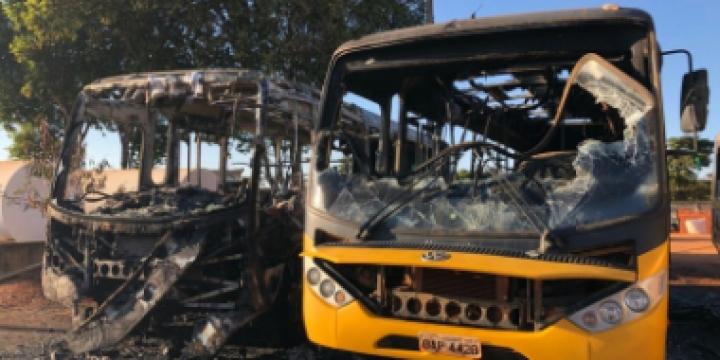 Ônibus escolares são incendiados em pátio de prefeitura de MT e polícia apura se incêndio foi criminal
