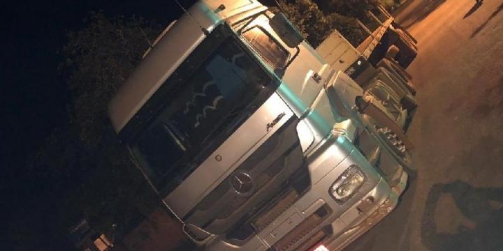 Polícia Militar prende suspeitos com caminhão roubado e arma de fogo