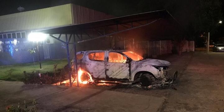 Adolescentes são suspeitos de incendiar viatura da polícia depois de serem detidos em MT