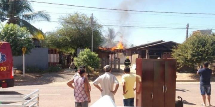 Casa de madeira é destruída pelo fogo em Sinop