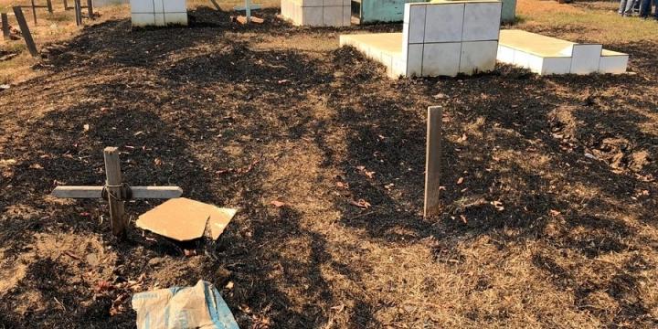 Incêndio devasta parte da área de cemitério municipal de Juína