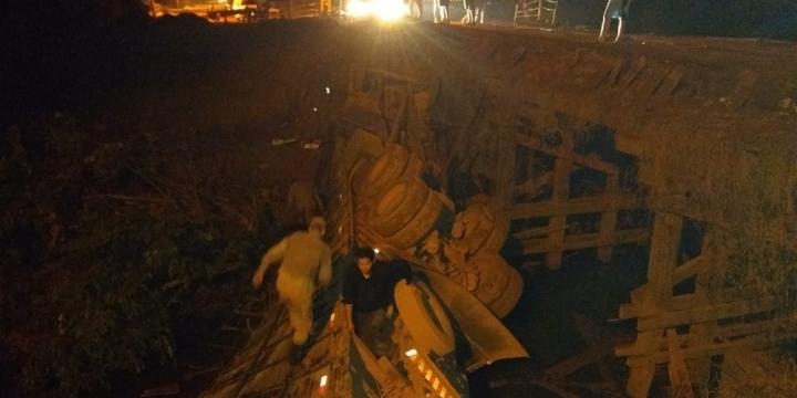Motorista que sofreu acidente com caminhão boiadeiro em ponte de Juína já está em casa