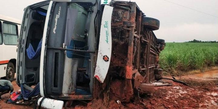 Ônibus com 30 passageiros tomba em rodovia em Mato Grosso