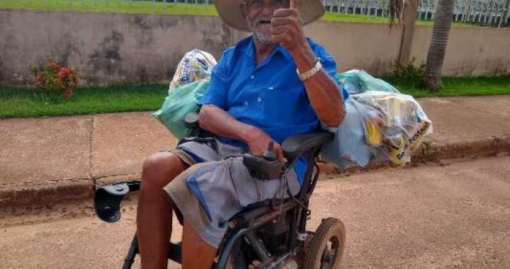 Exemplo de superação: Idoso usa cadeira de rodas para coletar latinhas em Juína