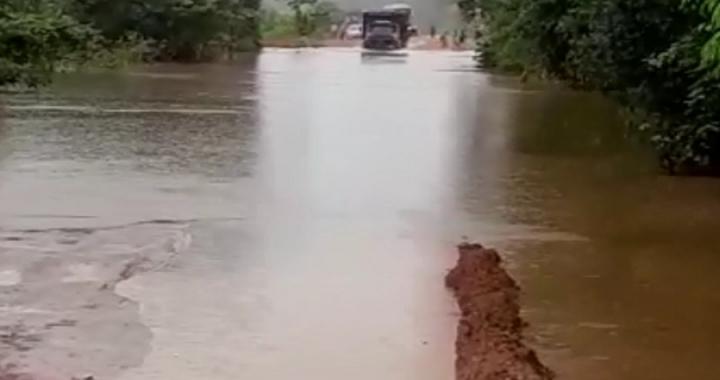 Motoristas enfrentam atoleiros após chuvas em BR-174