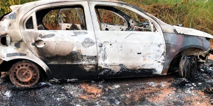 Quadrilha assalta mineradora no Nortão, leva baldes de ouro e coloca fogo em carros