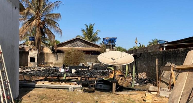 Aripuanã: Casa de madeira pega fogo e fica completa destruída após incêndio e família pede ajuda