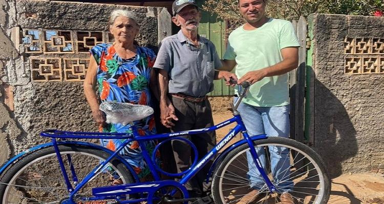 Grupo de ciclistas de Aripuanã doa bicicleta a senhor de 82 anos que perdeu sua bike em incêndio